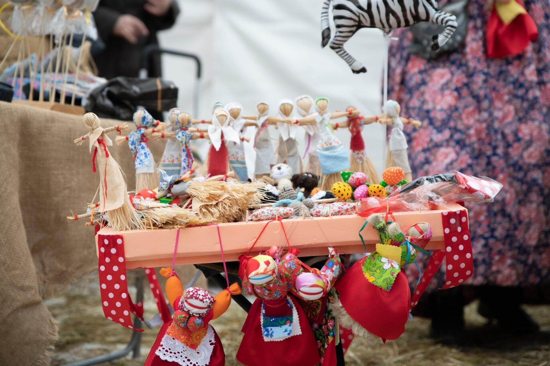 В первый день Масленицы принято устанавливать куклу из соломы