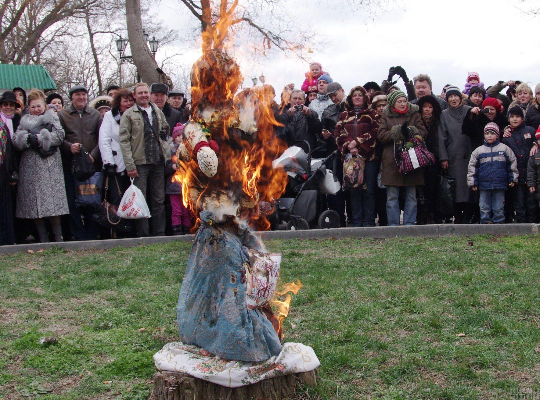 В последний день Масленицы сжигают чучело из соломы