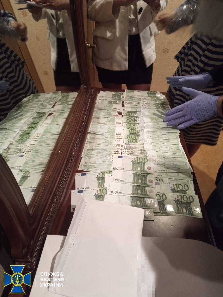 Було виявлено багато готівки.