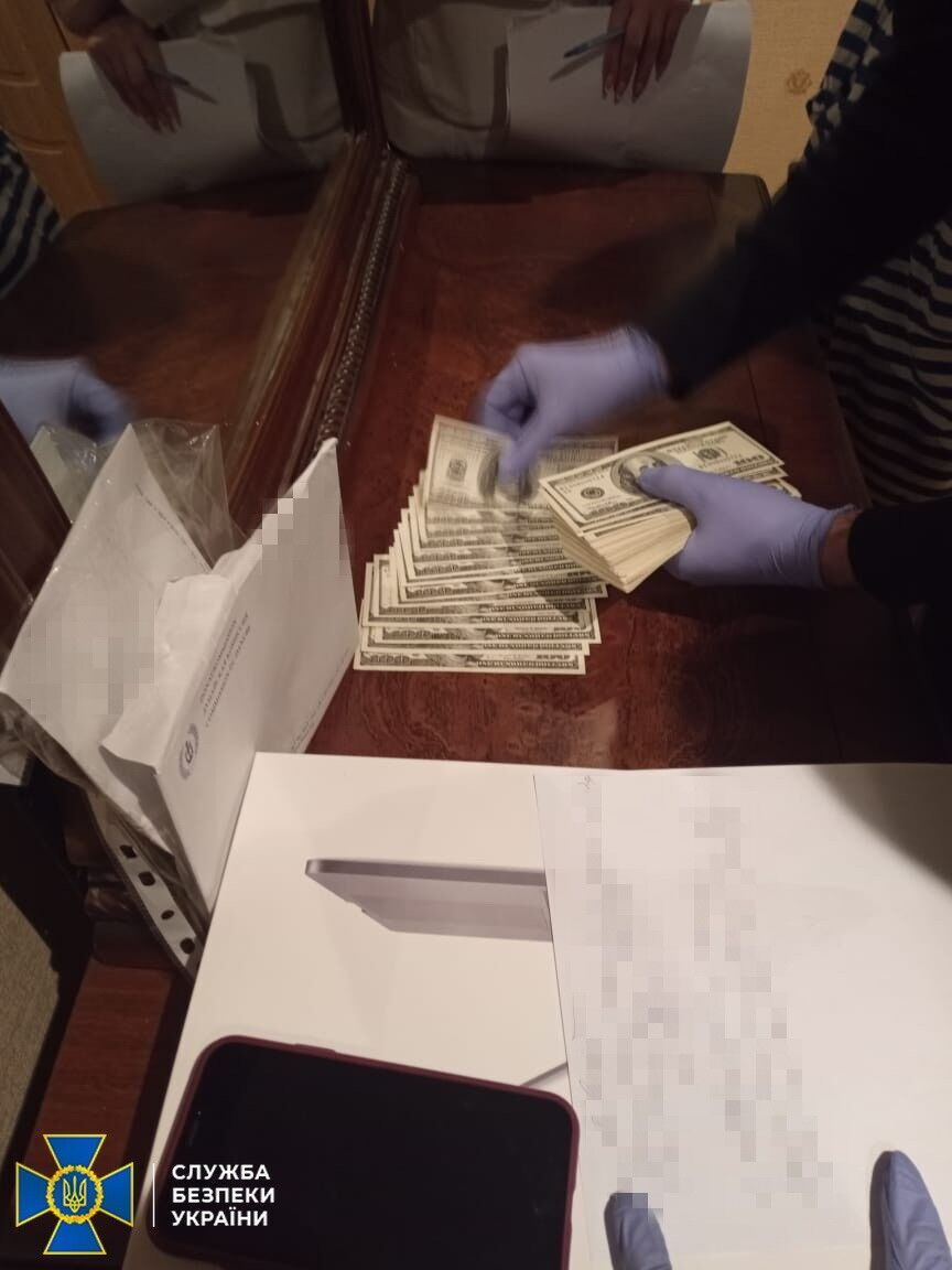 СБУ виявила документи і гроші.