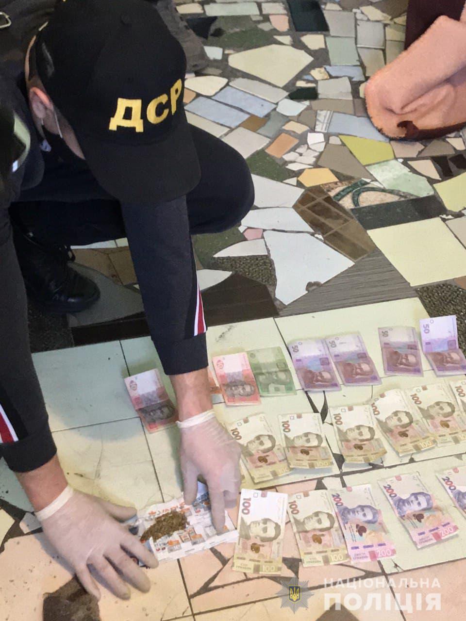 Також знайдено грошові кошти у різній валюті