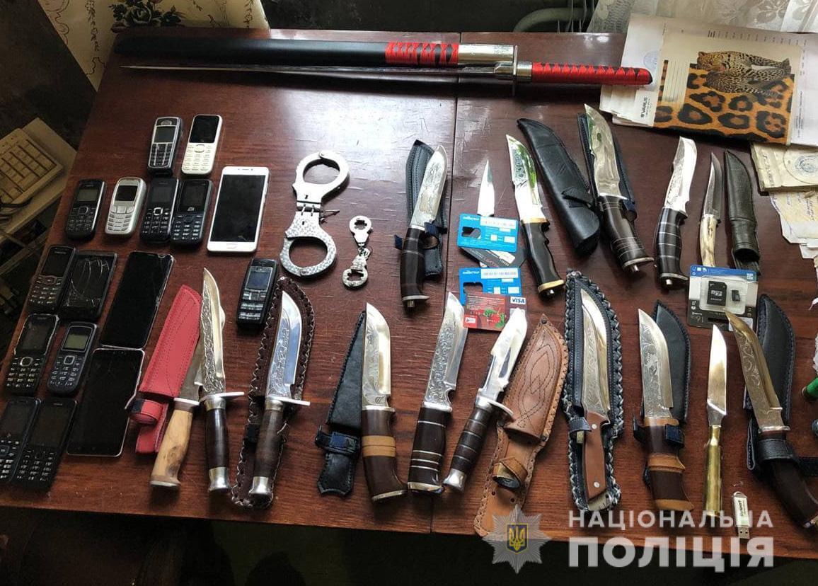 """За місцем мешкання матері """"замовника"""" правоохоронці вилучили 17 мисливських ножів"""