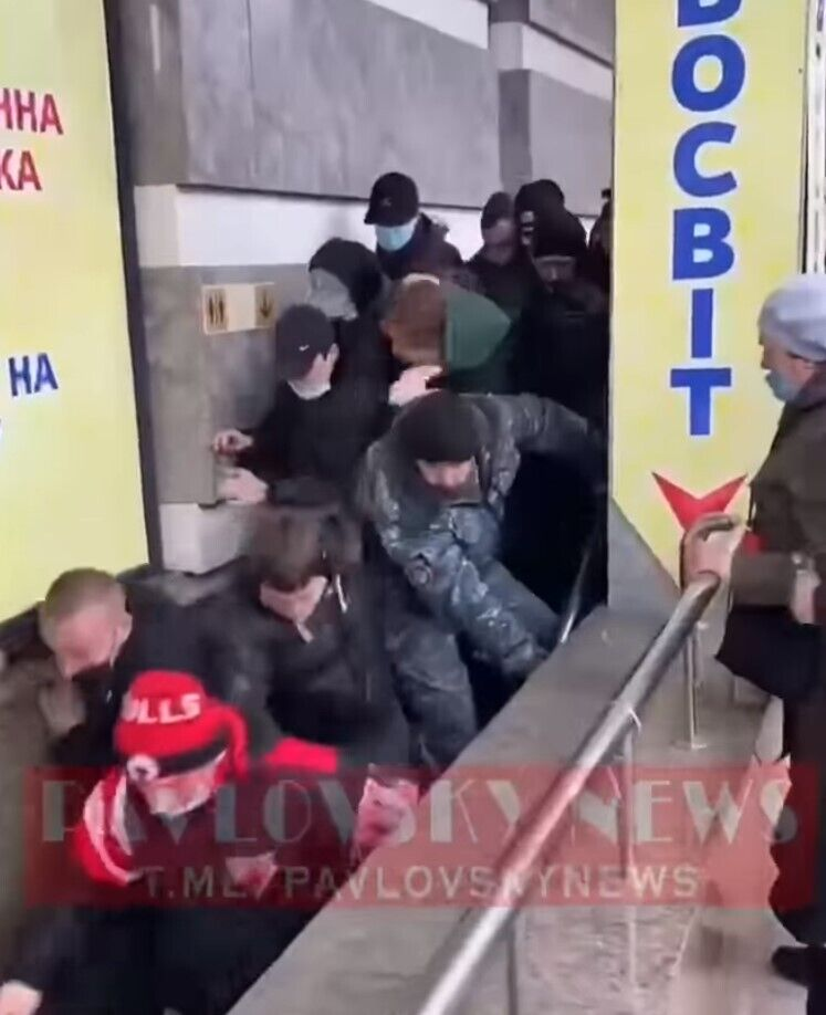 Толпа штурмовала секонд-хенд в Полтаве.
