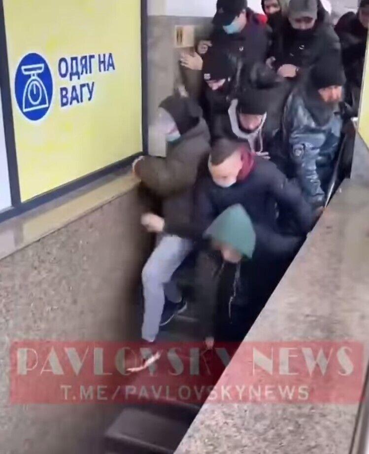 Люди, спотыкаясь, бежали в магазин.