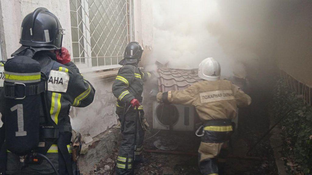 Рятувальникам довелося розбирати дах