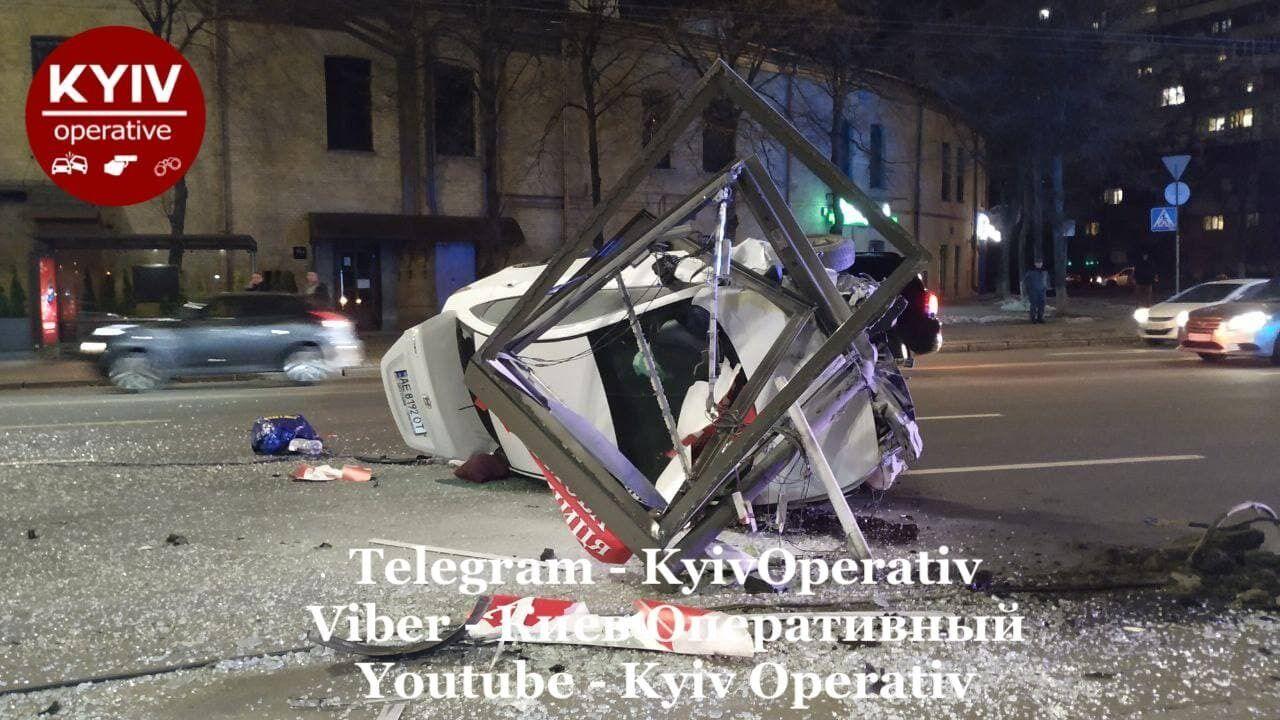 Машина врезалась в рекламный щит.