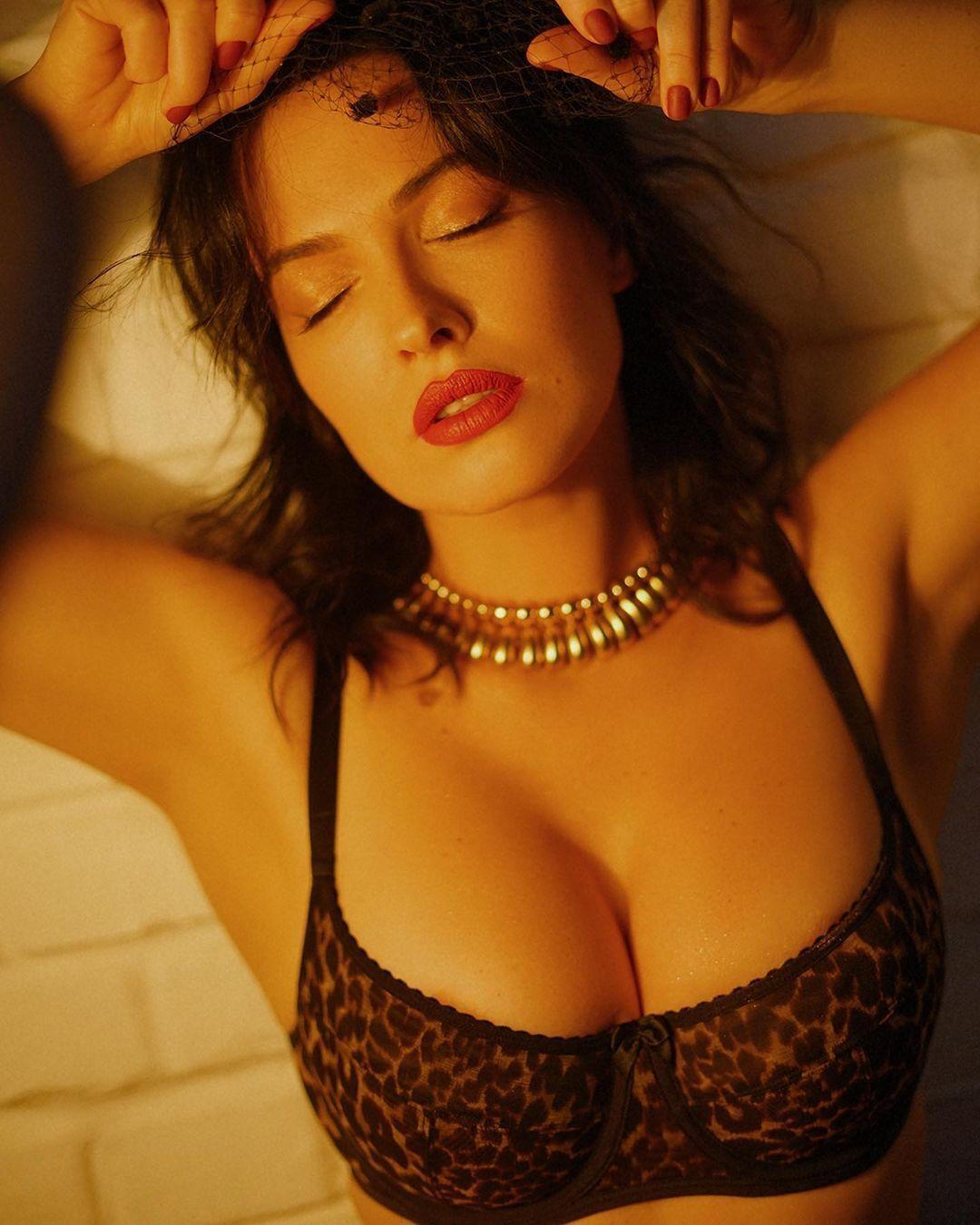 Даша Астафьева показала кадры с сексуальной съемки.