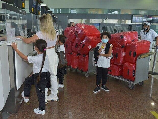 Дани Соуза с детьми и багажом