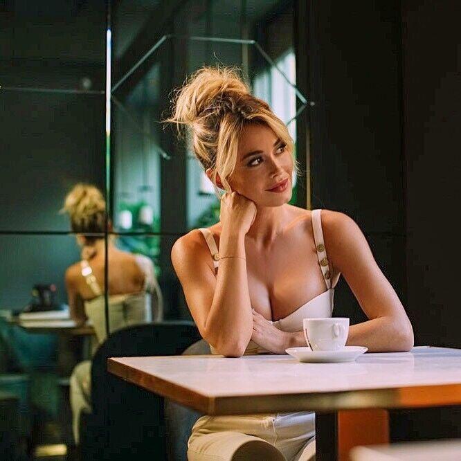 Дилетта Леотта в кафе