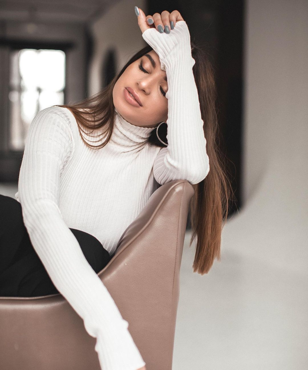Екатерина Хмелевская на стуле