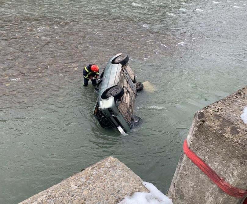 П'яний українець за кермом Skoda Octavia злетів у річку