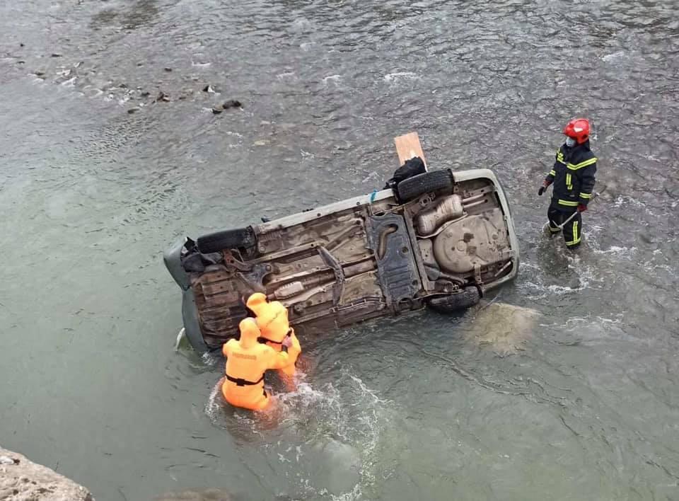 Авто впало в річку Опір