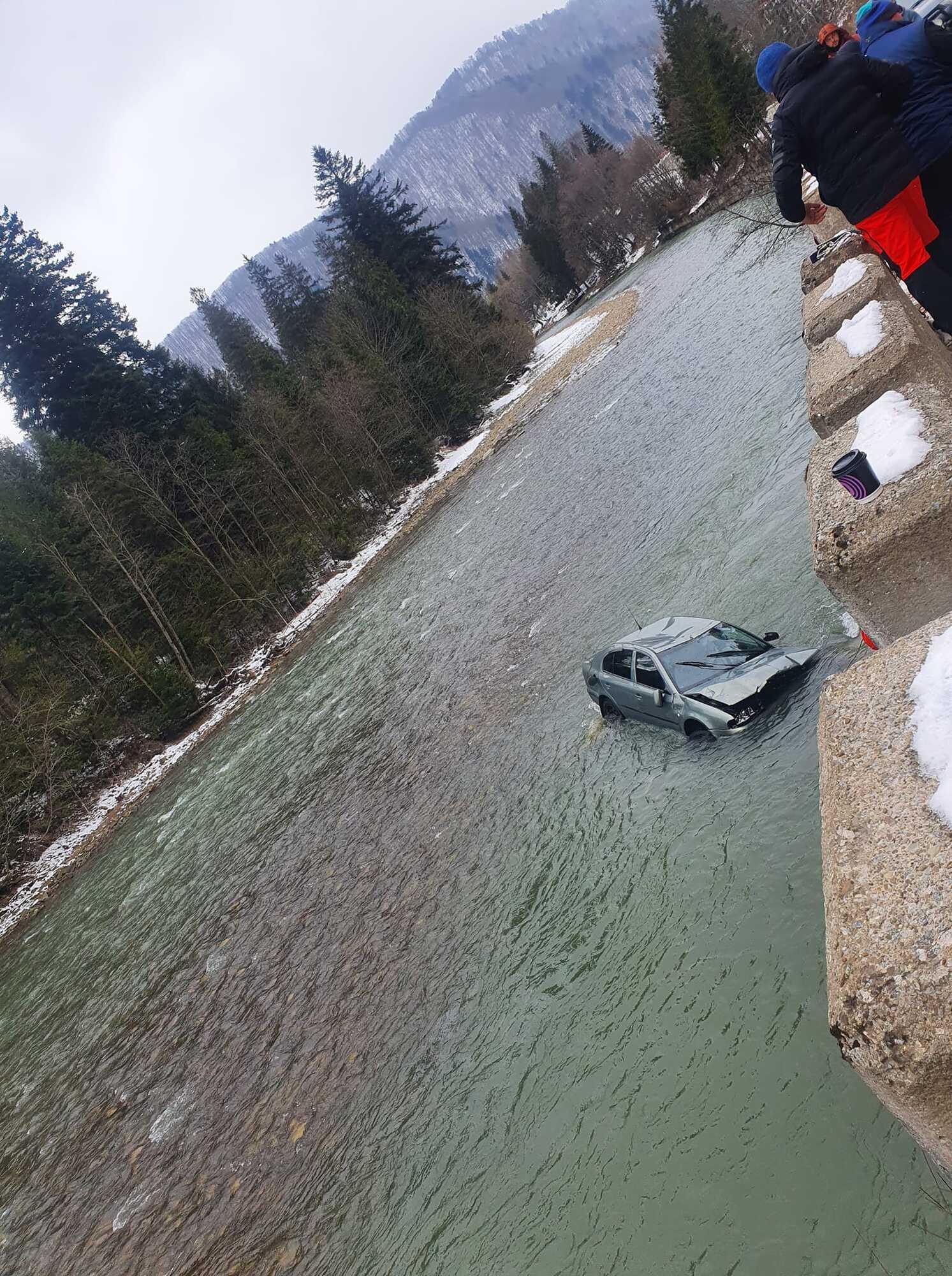 Машина в річці