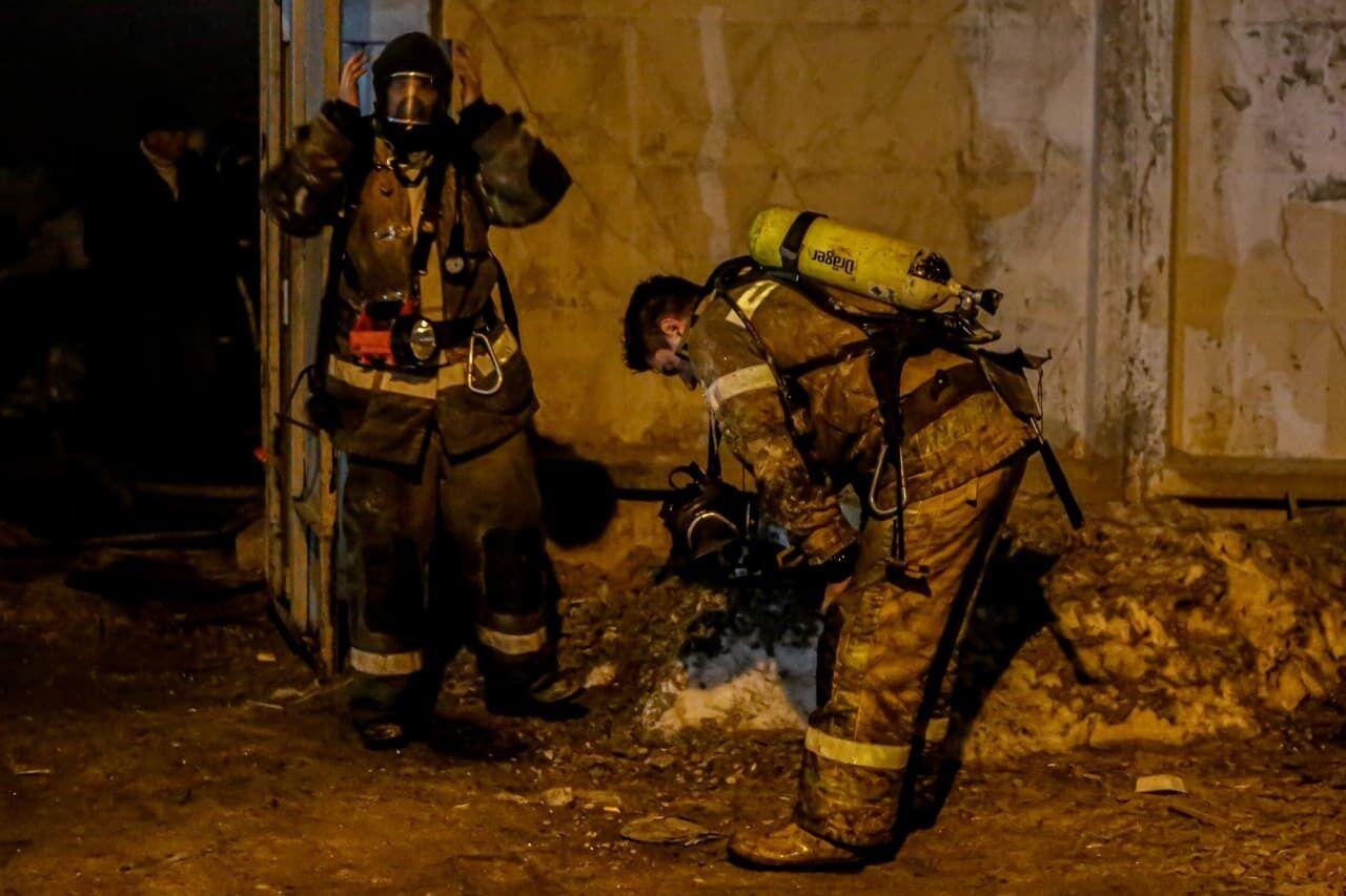 Спасатели на месте пожара
