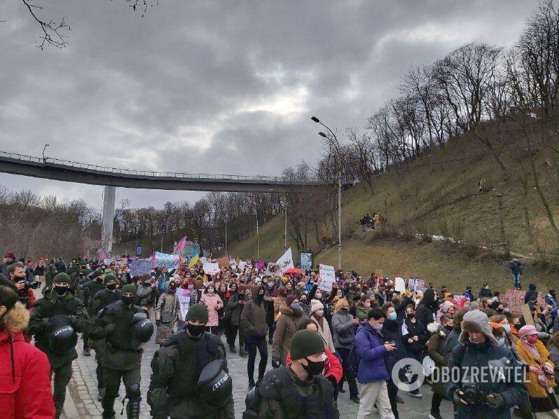 Участники марша шли Владимирским спуском к Почтовой площади