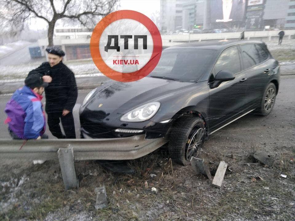 """ДТП произошло возле ТЦ """"Атмосфера"""" в Киеве."""