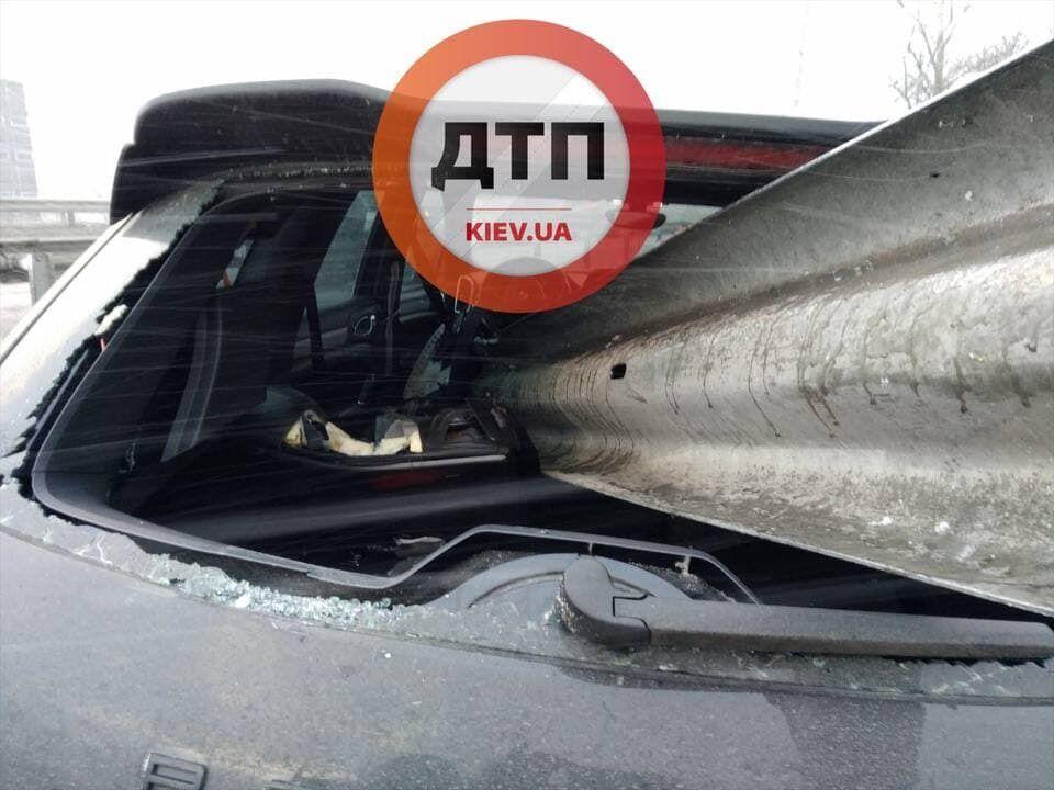 Отбойник насквозь пробил машину.