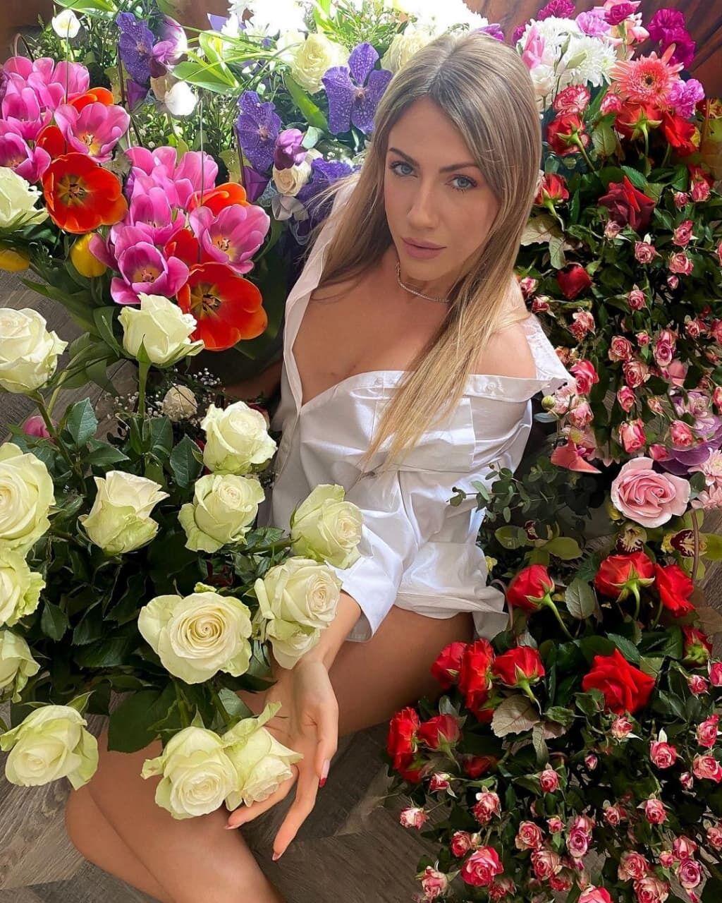 Никитюк в сексуальном наряде похвасталась весенними подарками