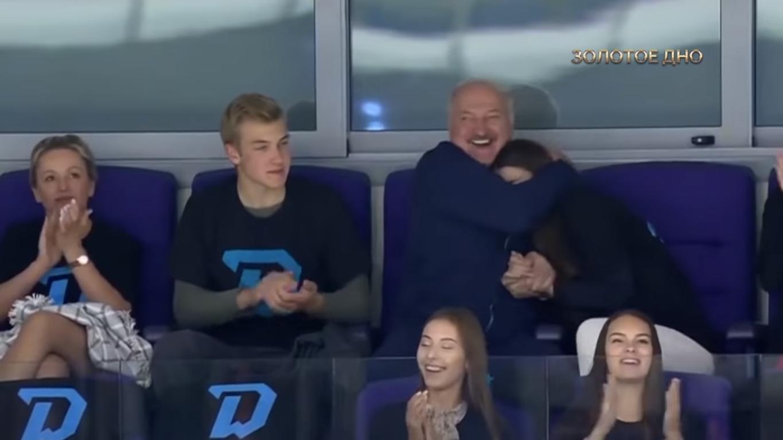 Лукашенко обнимал Василевич на стадионе