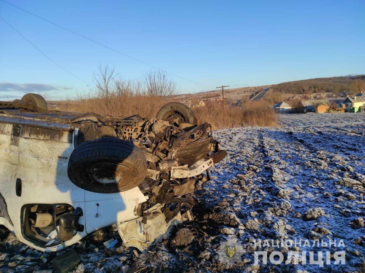 На Харьковщине перевернулся микроавтобус с людьми, есть погибшие и раненые. Фото