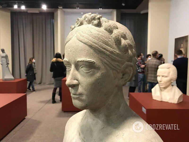 На виставці показали скульптури та картини, присвячені Лесі Українці