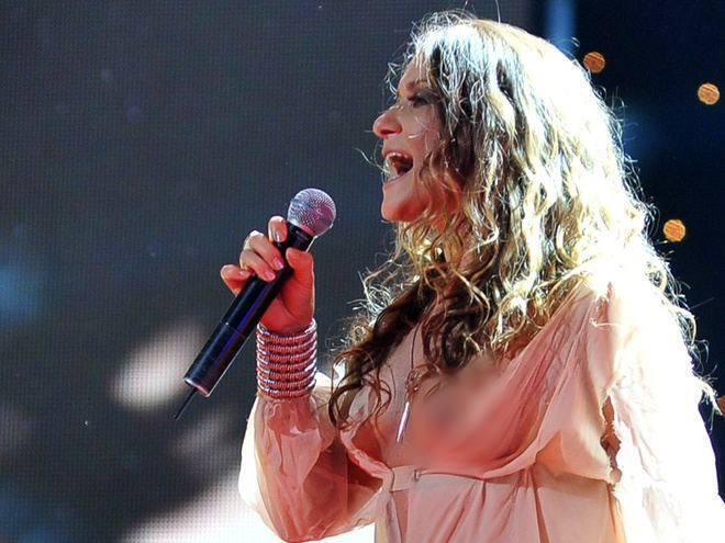 Наталя Могилевська показала груди на концерті