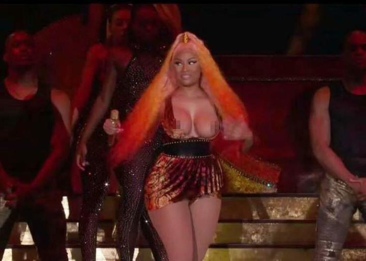 Нікі Мінаж повністю огололила груди на сцені