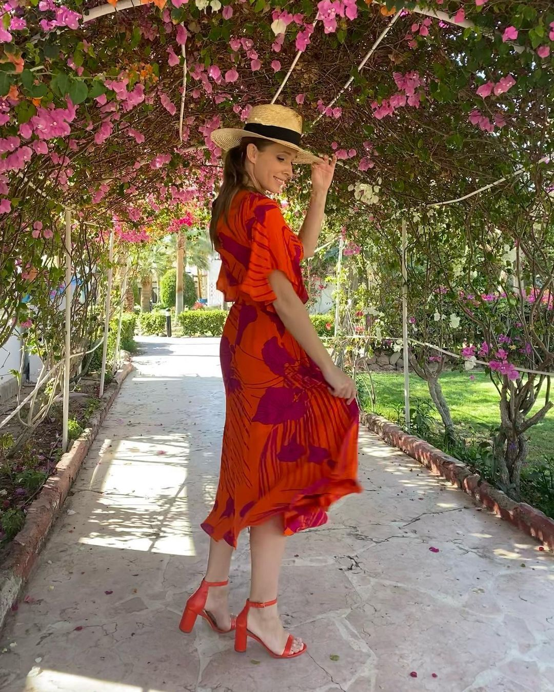 Катя Осадча позує в яскравій сукні