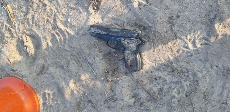 Чоловік викинув пістолет, втікаючи від поліцейських