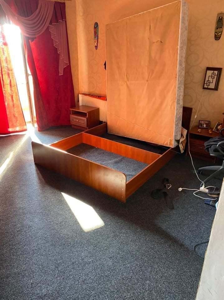 Чоловік ховався у коробі ліжка