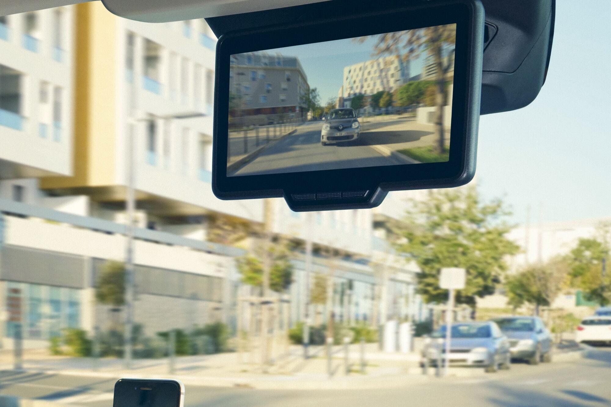 Вперше у сегменті замість звичного салонного дзеркала пропонується дисплей, на який транслюється зображення з задньої камери