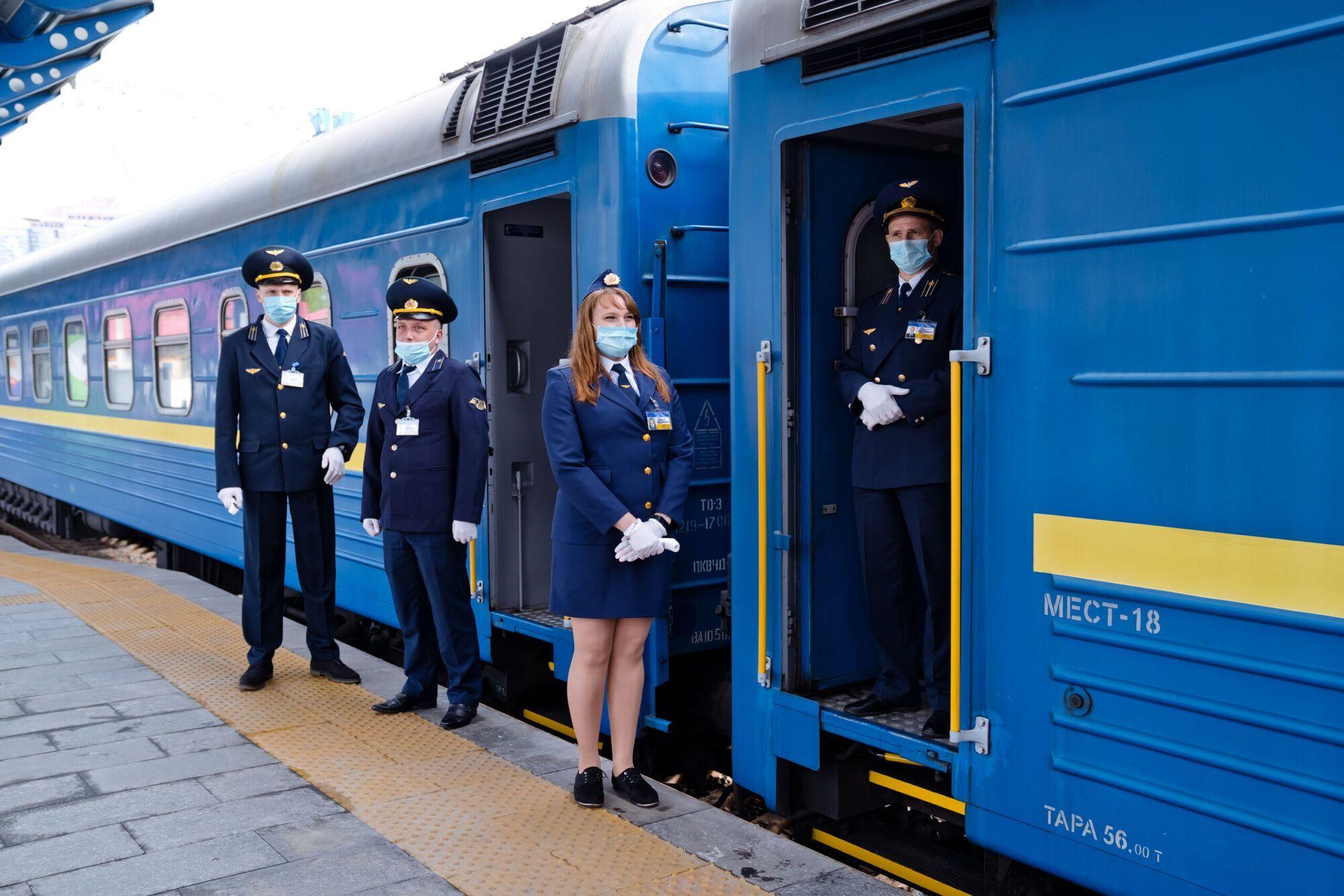 По информации источников, из Киева пока что поезда не прекращают движение