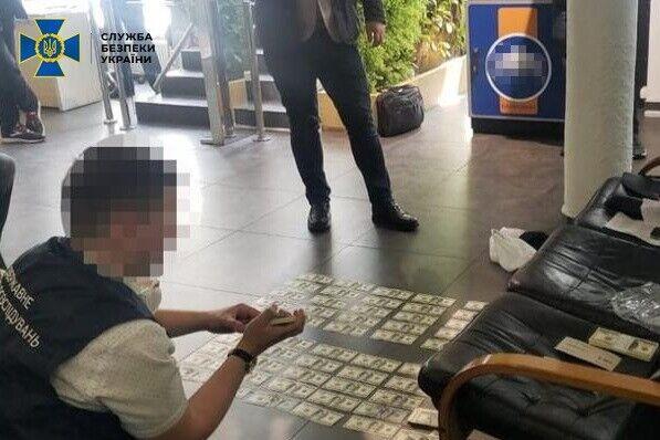 Прокурора затримали в приміщенні банку відразу після отримання коштів.