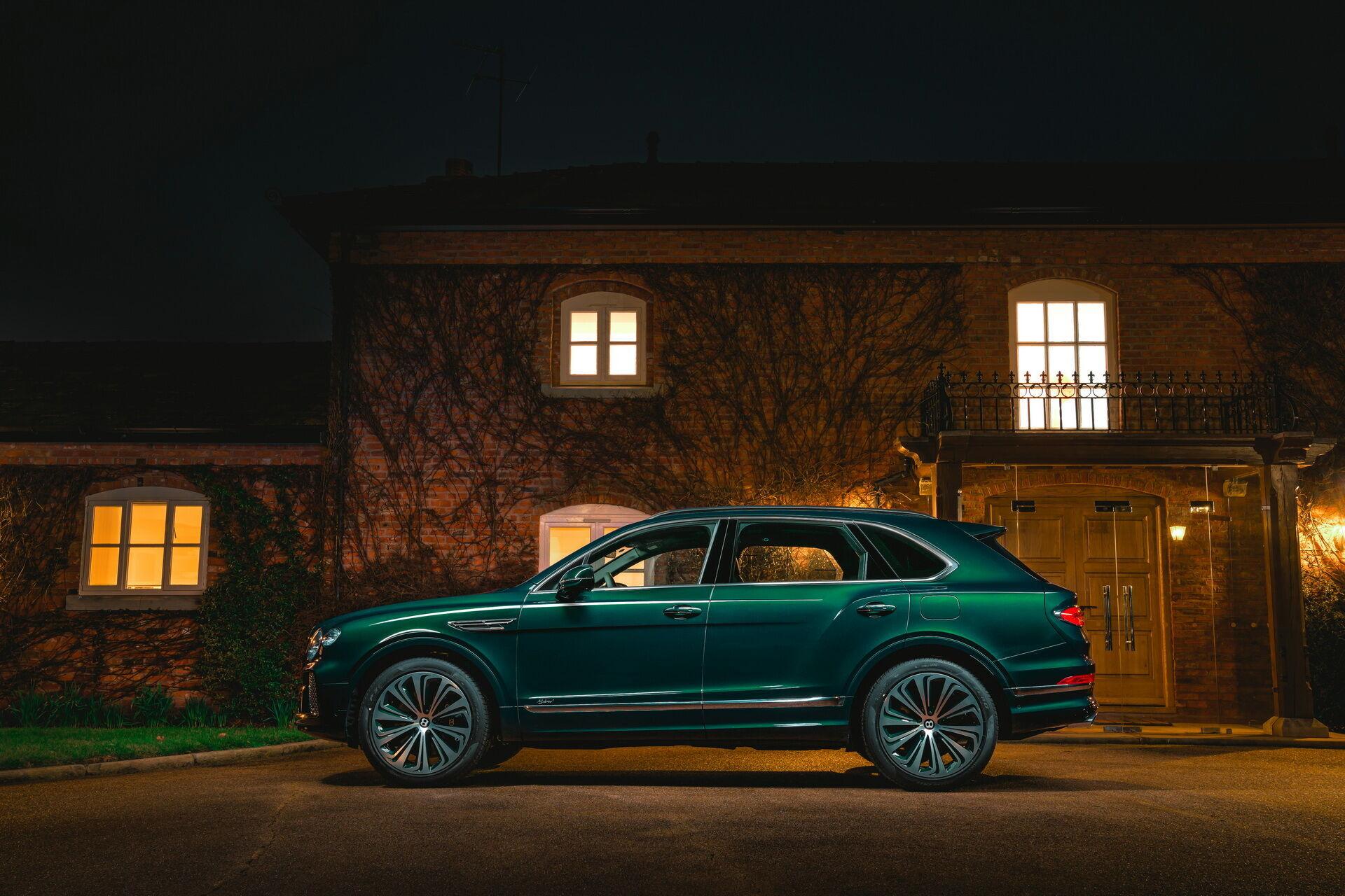 Внешне автомобиль окрашен эмалью насыщенного оттенка зеленого цвета Viridian