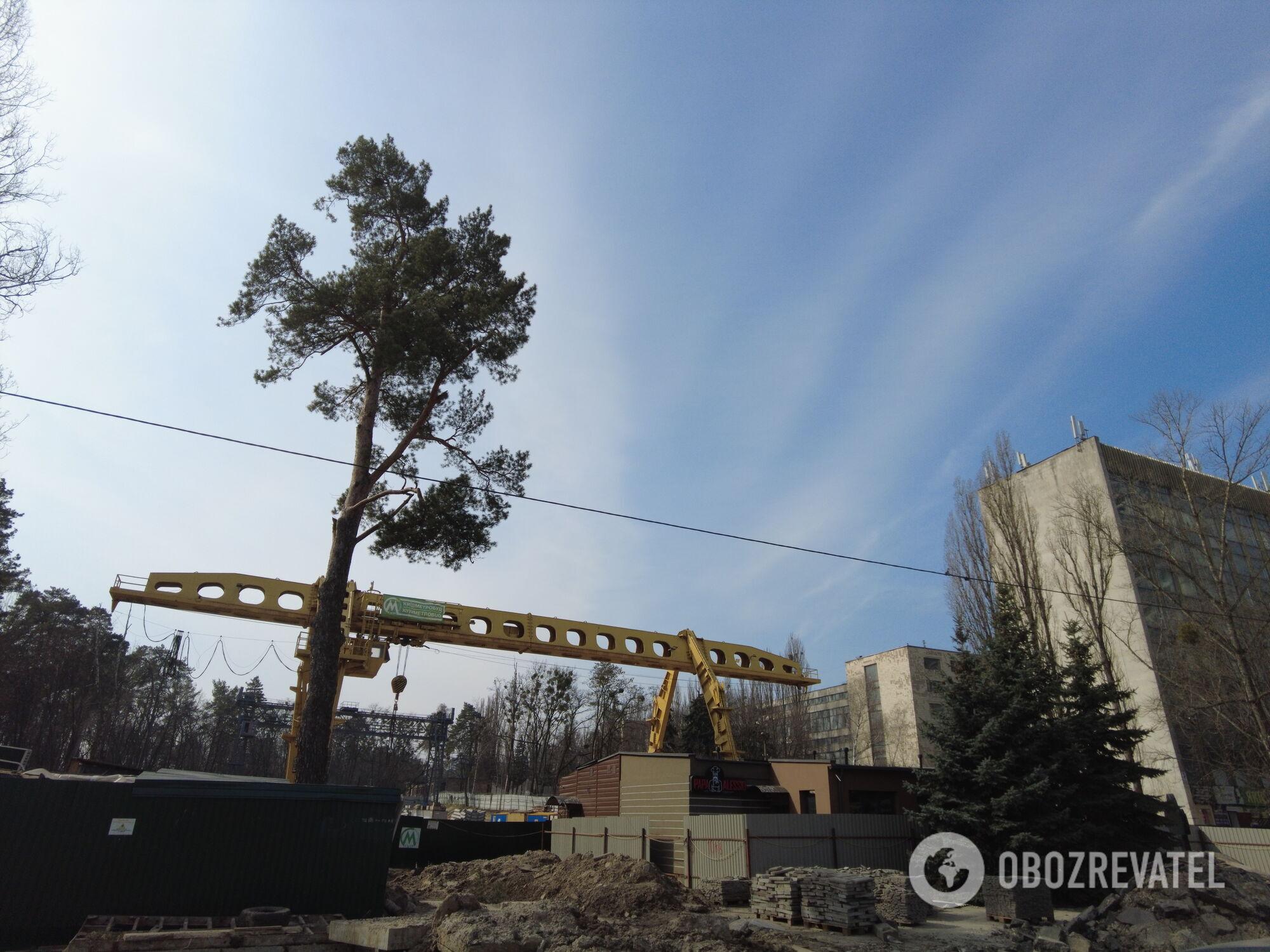 """Здесь будет вестибюль станции """"Мостицкая""""."""