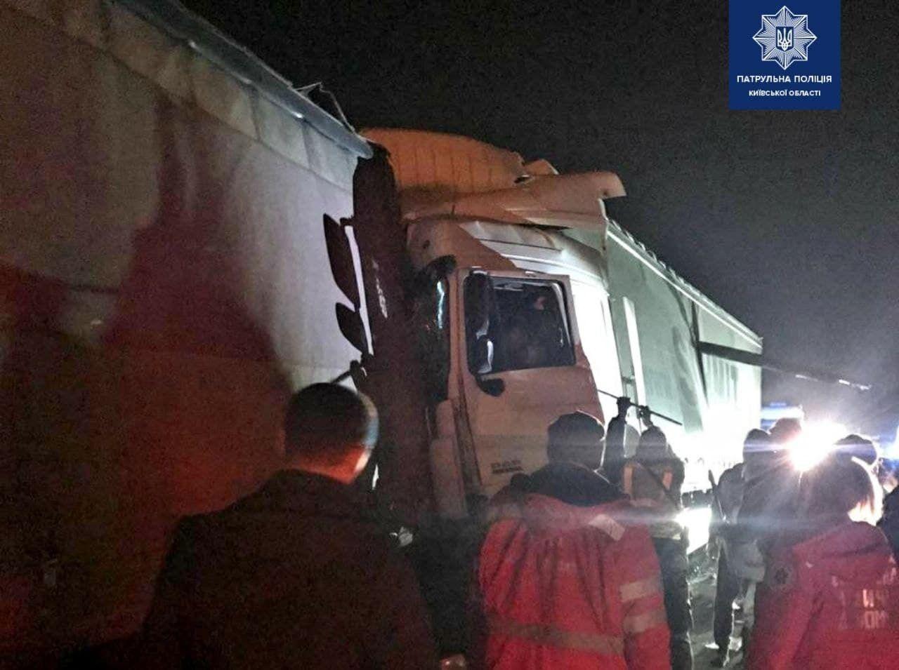 Произошло ДТП с участием трех грузовиков.