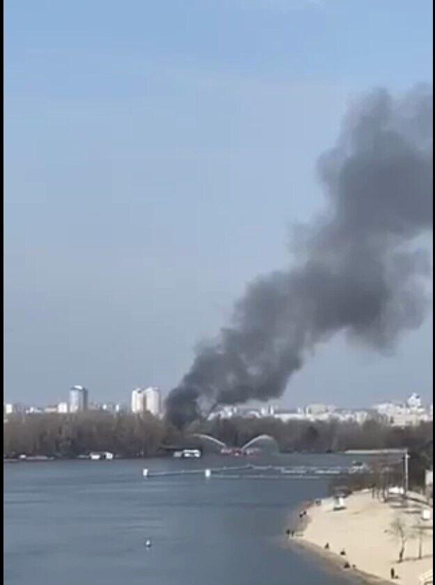 В Киеве загорелись две плавучие дачи.