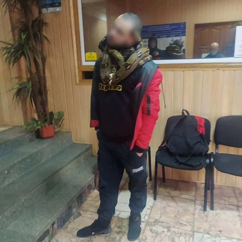 Мужчина гулял по Киеву со змеями.