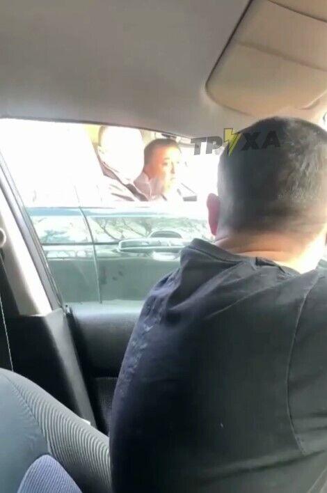 Оба водителя обменялись оскорблениями.