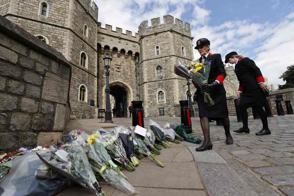 Сотні британців почали з'їжджатися як до Букінгемського палацу, так і до Віндзорського замку.