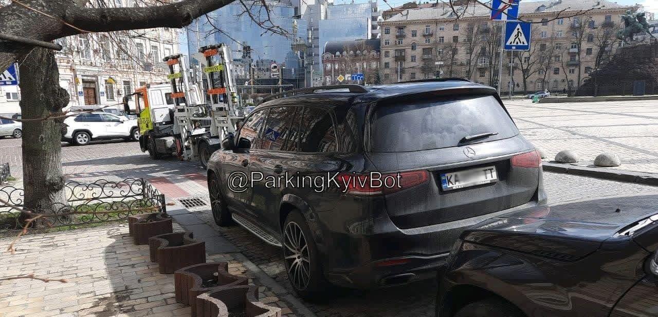 Усик припарковал свою машину с нарушением ПДД