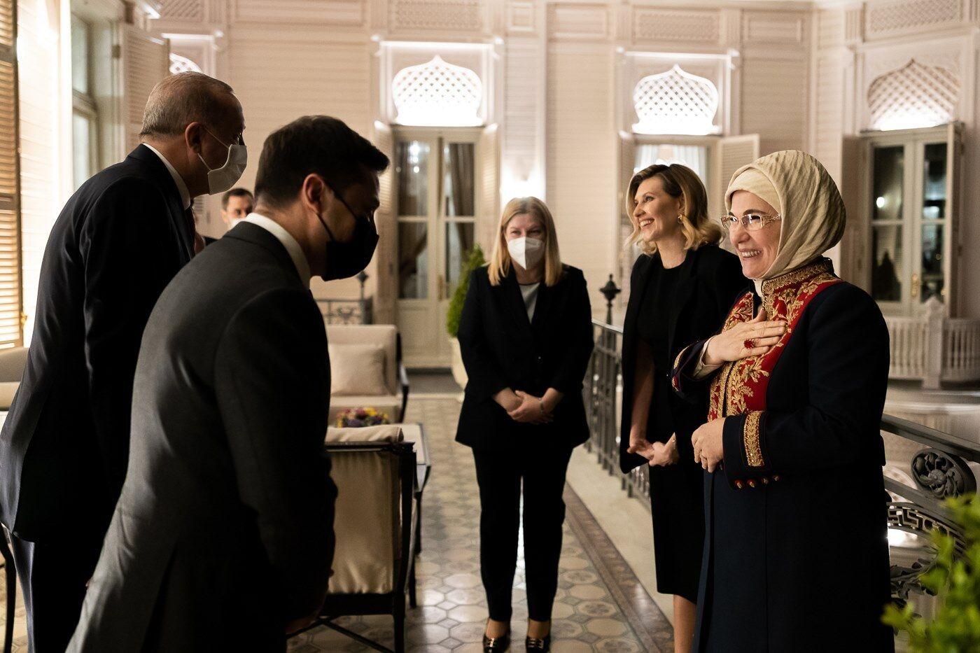 Елена Зеленская на встрече с президентом Турции Реджепом Тайипом Эрдоганом и его женой во дворце Хубер.