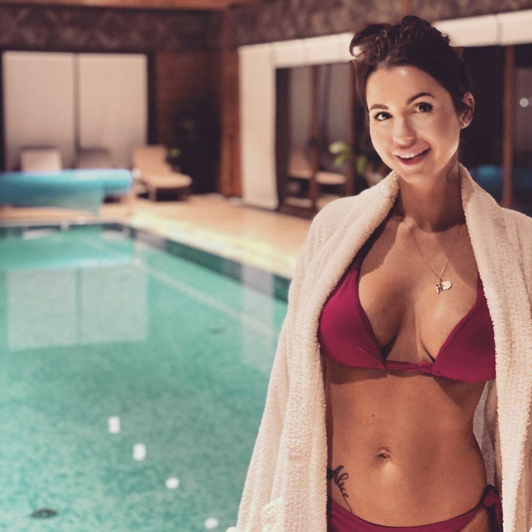 Алиса Чумак в бассейне