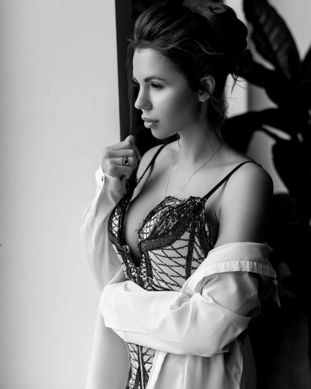 Алиса Чумак в ч/б фотосессии