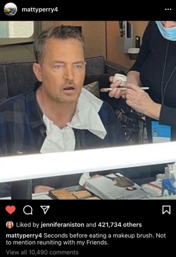 Мэттью Перри опубликовал снимок с закулисья гримерки.