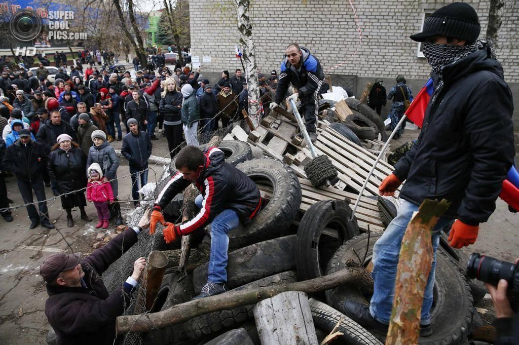 """Взяв город под контроль, бандиты начали строить """"баррикады"""" и терроризировать местное население."""