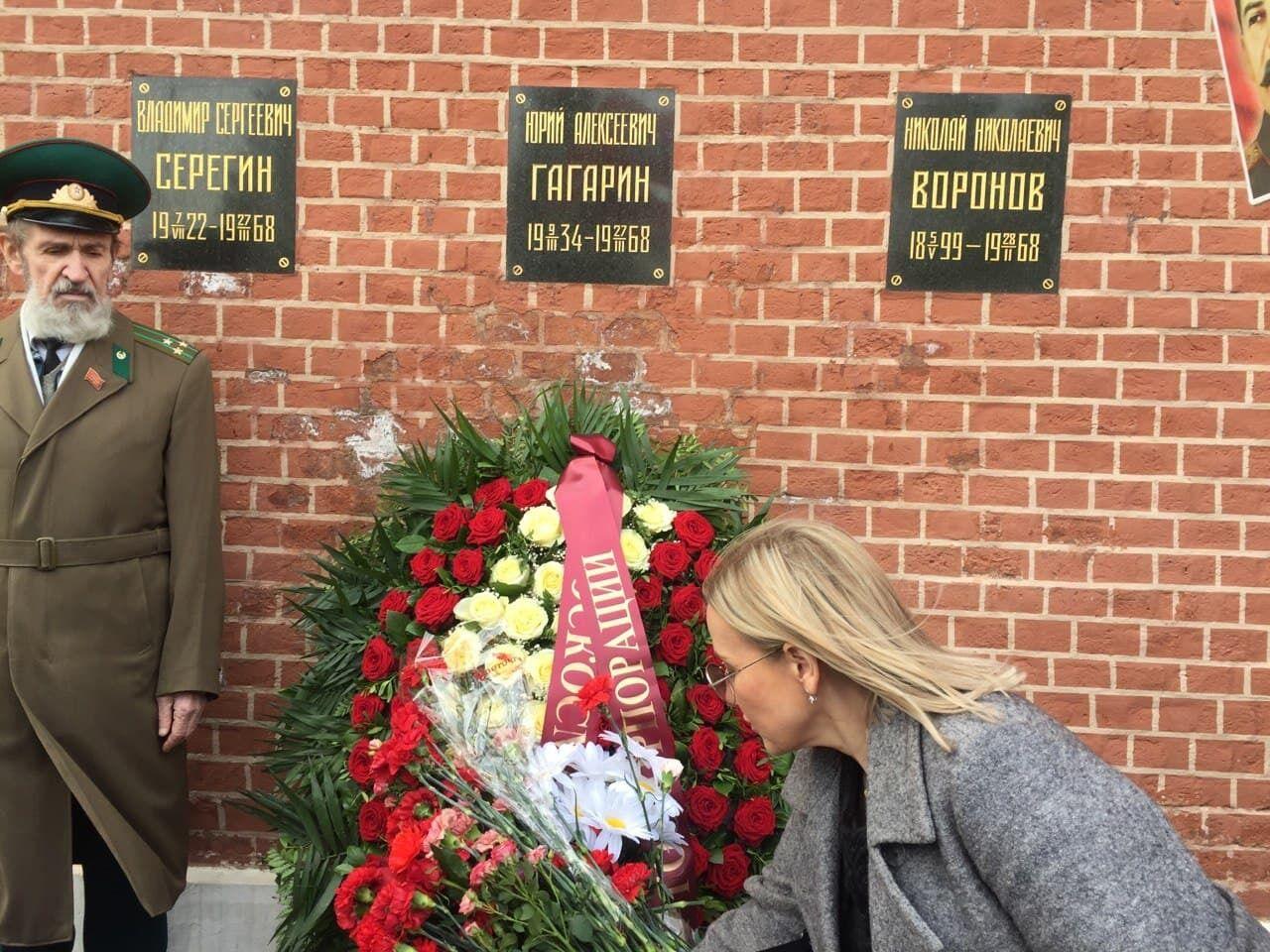 Учасники поклали квіти до могили Гагаріна.
