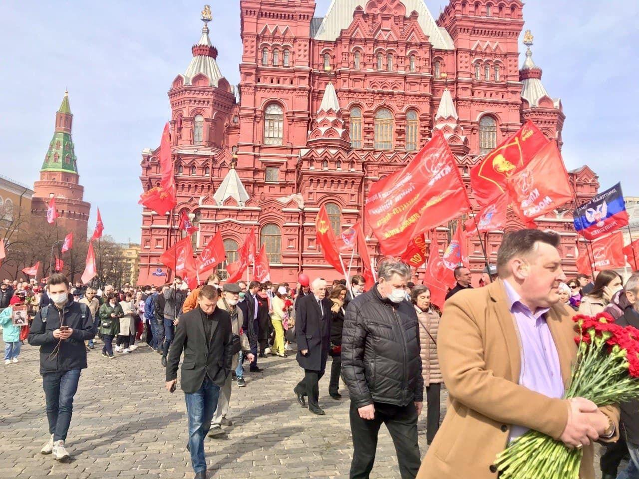 """Серед """"лівих"""" прапорів помітили прапор """"ДНР""""."""
