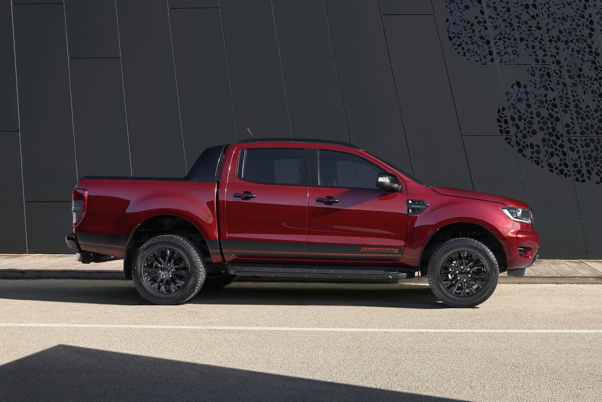 Мощную внешность Ranger Stormtrak дополняют эксклюзивные аппликации на капоте и боковых поверхностях кузова