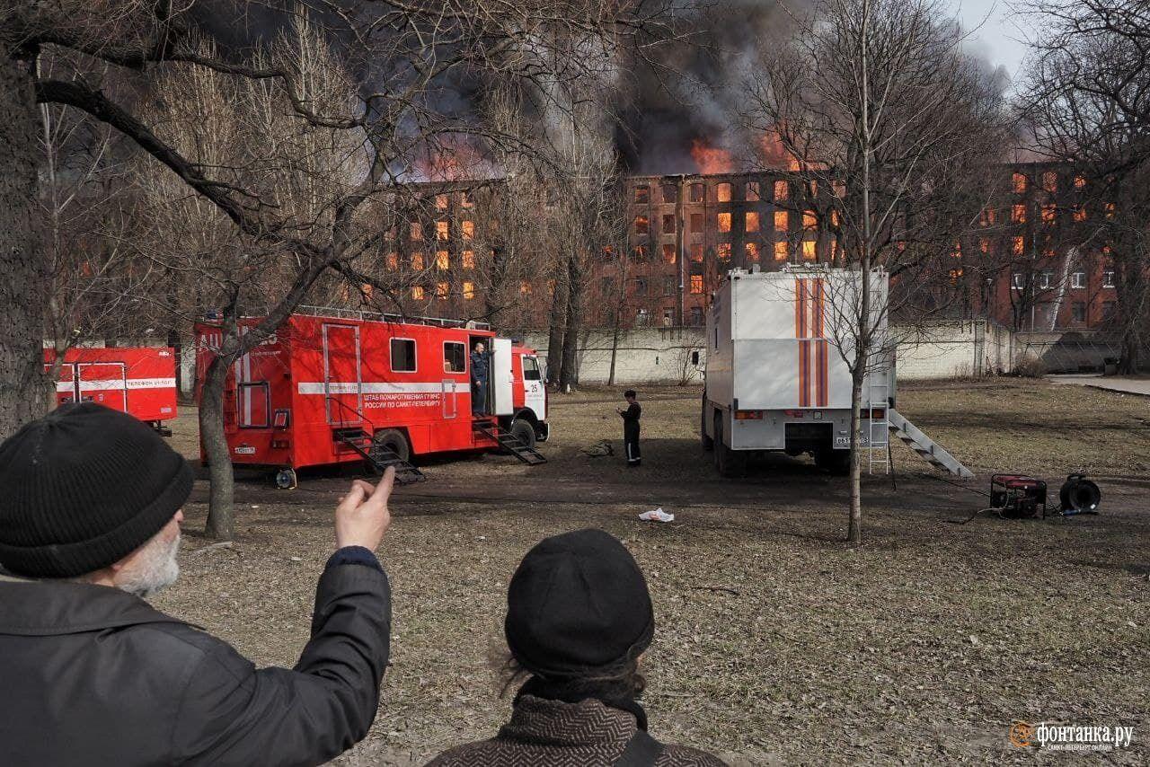 На месте ЧП работали сотни пожарных.